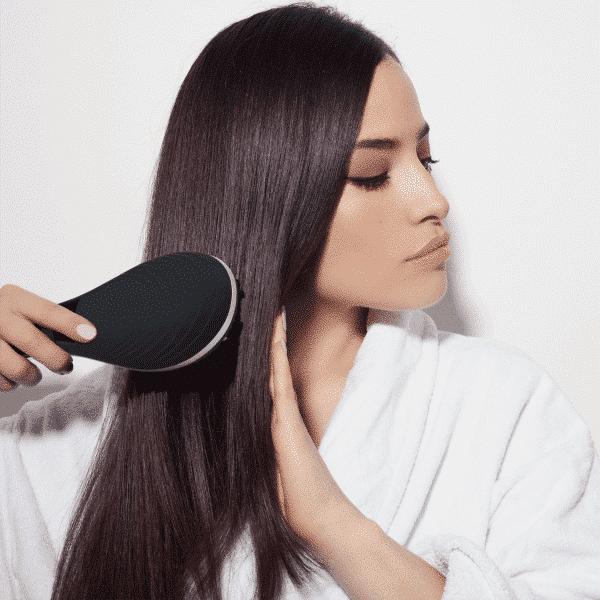 Femme qui utilise la brosse lissante Miracle