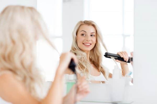 reflet miroir femme utilisant un lisseur