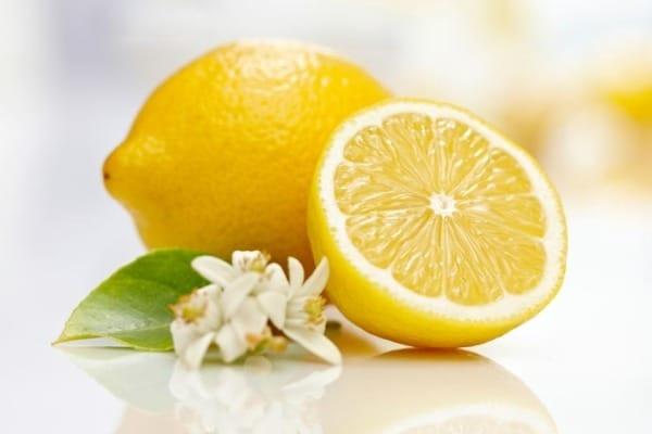 Le citron, excellent remède naturel pour avoir des cheveux brillants