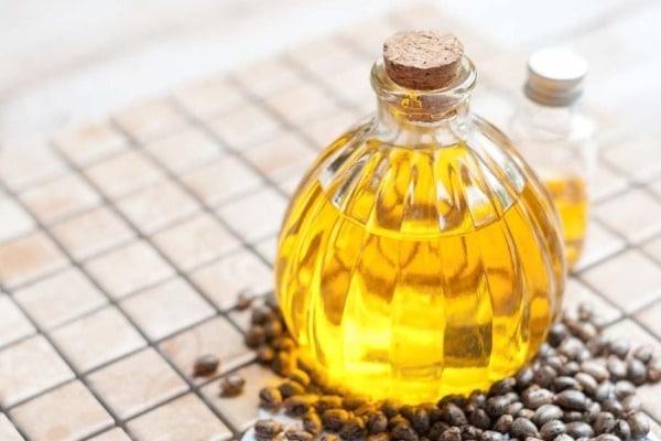 Avoir recours à l'huile de ricin pour faire pousser les cheveux plus vite