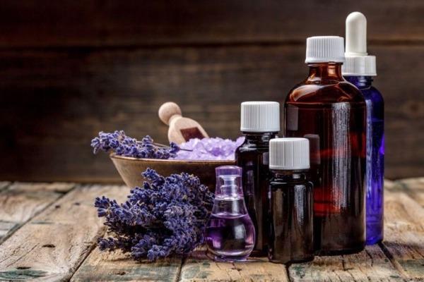 Opter pour les huiles essentielles pour avoir des cheveux brillants