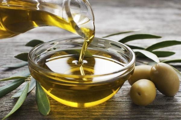 Utiliser un masque à base d'huile d'olive pour faire briller ses cheveux