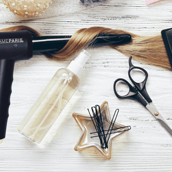 Mèche de cheveux enroulée autour d'un fer à boucler