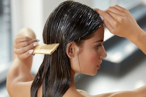Utiliser de l'après shampoing trop fréquemment rend les cheveux filasses