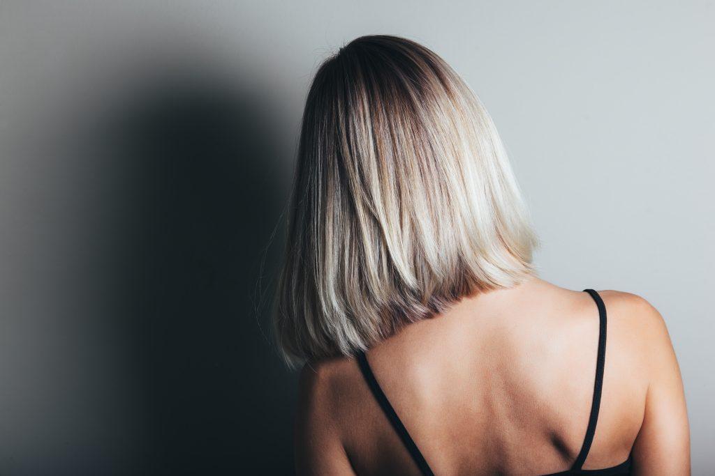 Femme aux cheveux courts