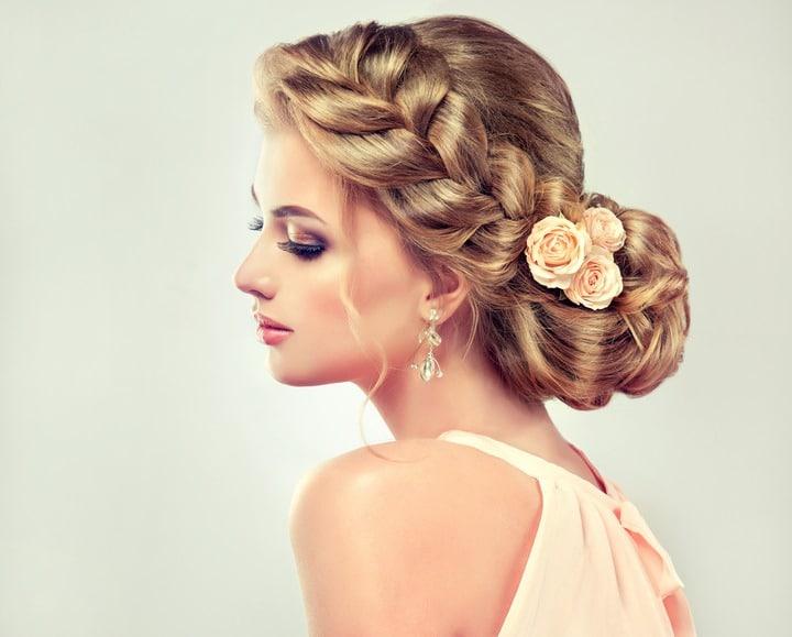 Femme blonde de profil avec un chignon et une tresse