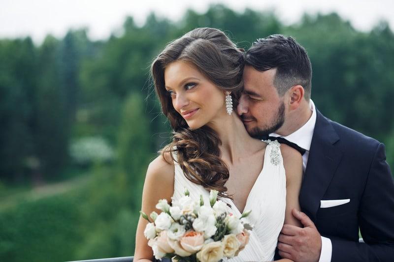 Couple de mariés heureux