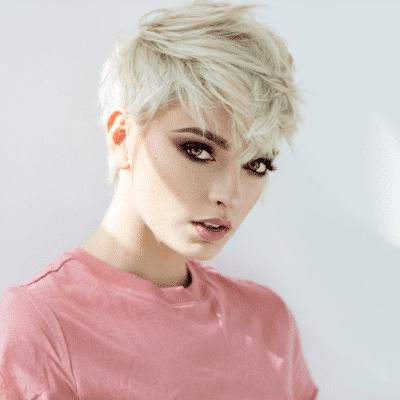 femme blonde aux cheveux courts