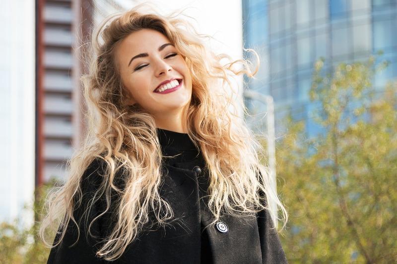 Femme blonde souriante aux cheveux longs