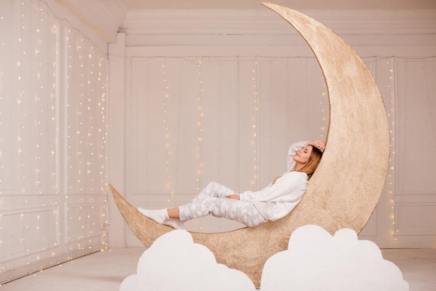 femme blonde assise sur une lune