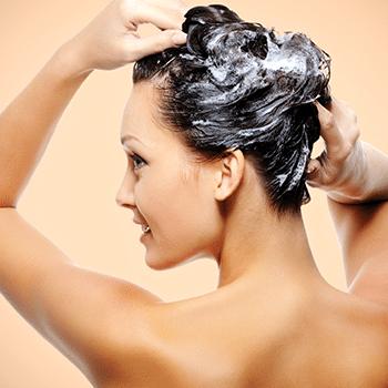 femme qui se fait un shampoing