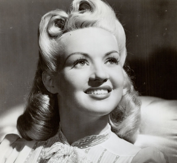Look pin up, coiffure vintage Victory Rolls