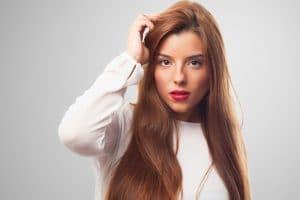 Jeune femme avec une belle coiffure rajeunissante