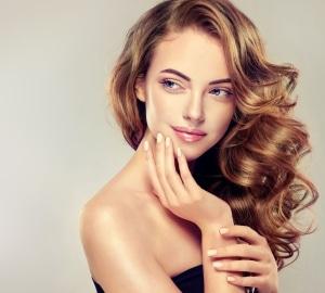 Jeune femme avec des cheveux longs
